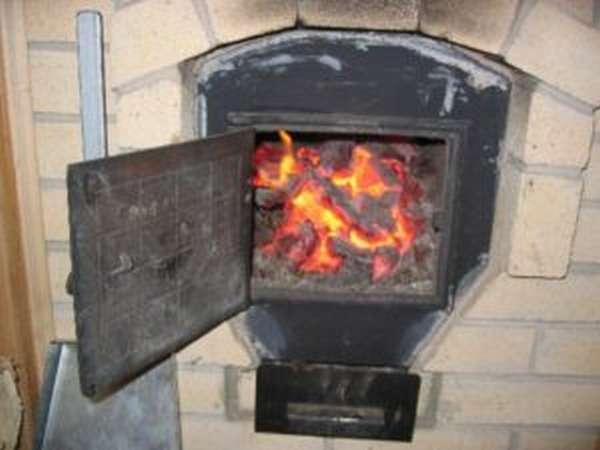 Виды материалов, которыми можно топить камин в доме