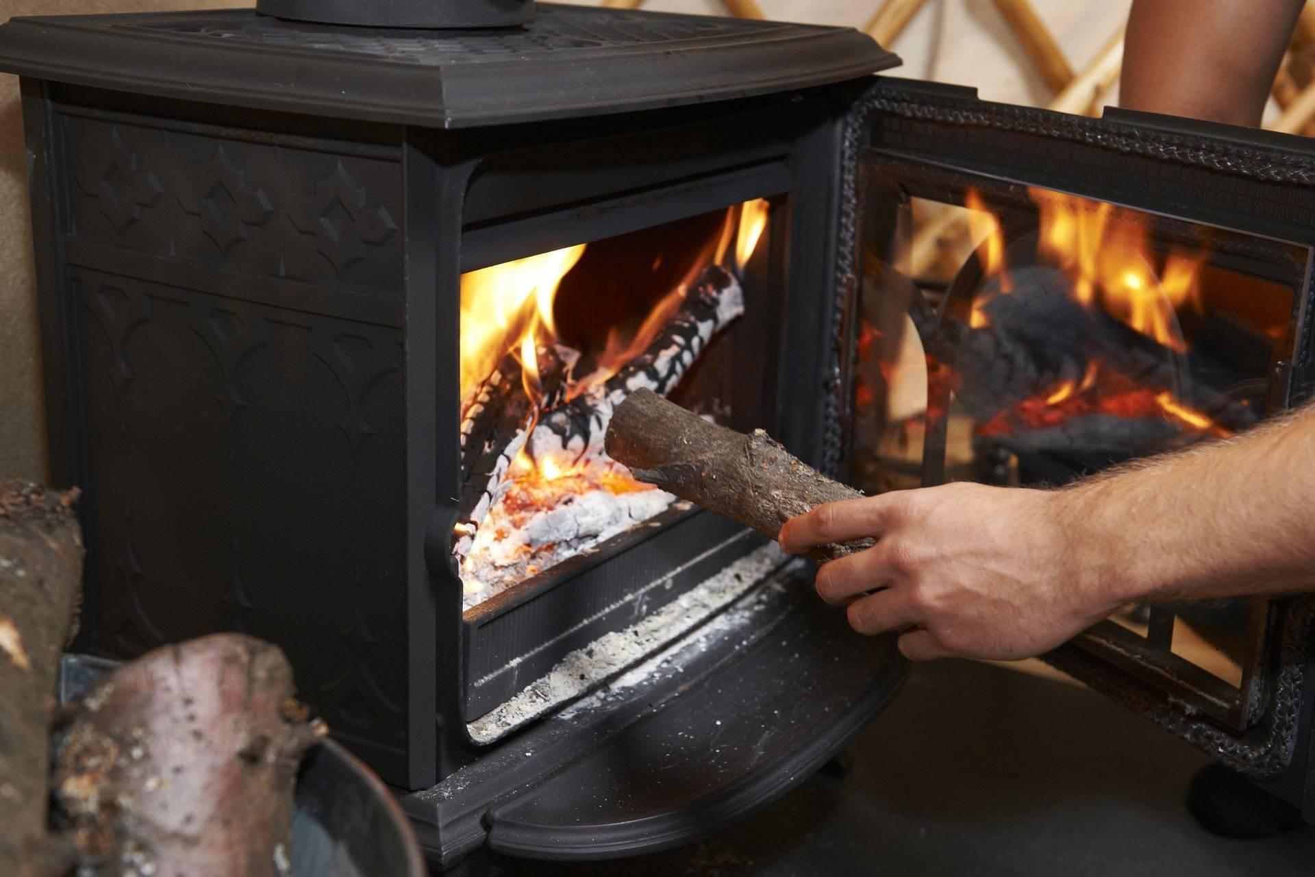 Какими дровами лучше топить баню, обзор разных пород древесины