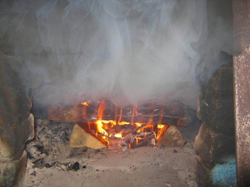 Почему дымит печь в бане: причины и что делать