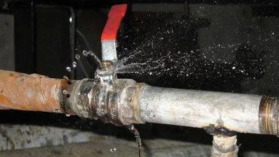 Как заделать течь в трубе без перекрытия воды | инженер подскажет как сделать