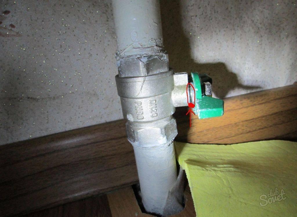 Что делать, если течет труба в ванной и как устранить протечку на стыке