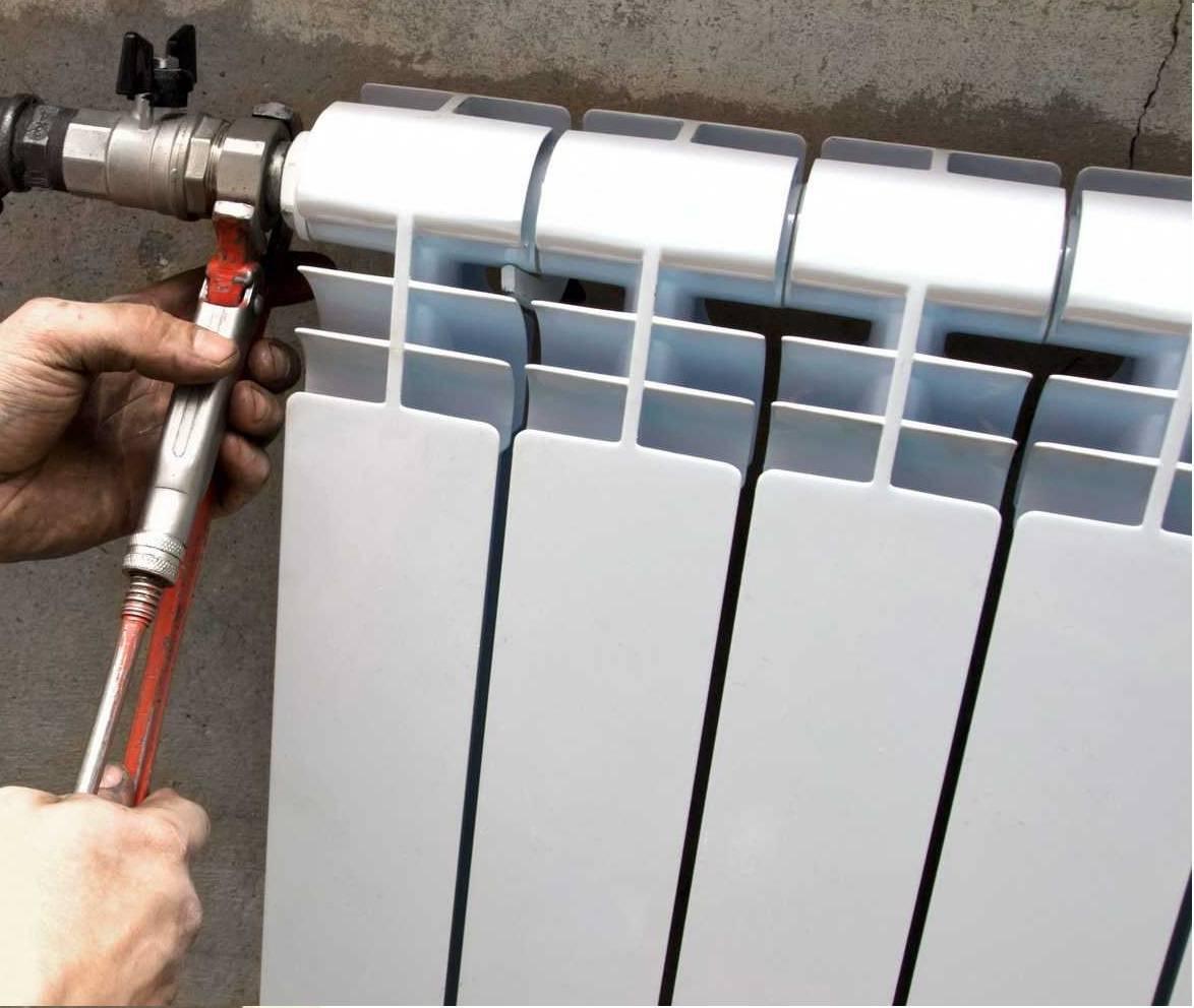 Стоит ли менять чугунные батареи на современные биметаллические, когда лучше менять батареи отопления в квартире