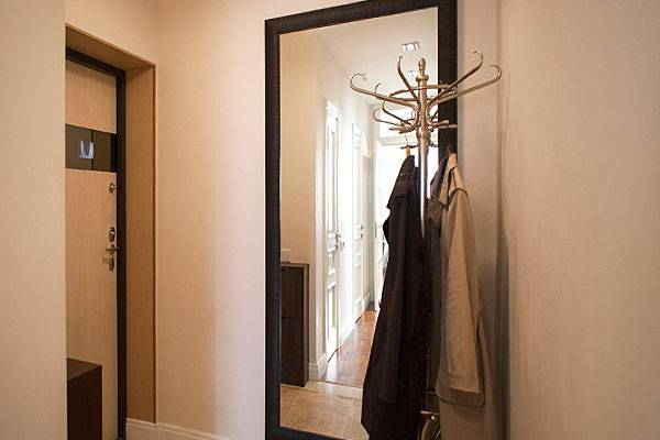 Где правильно повесить зеркало в прихожей: приметы и фэншуй