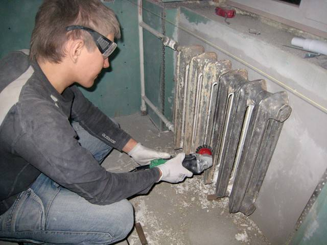 Покраска радиаторов (батарей) отопления: удаление краски, обработка и нанесение новой