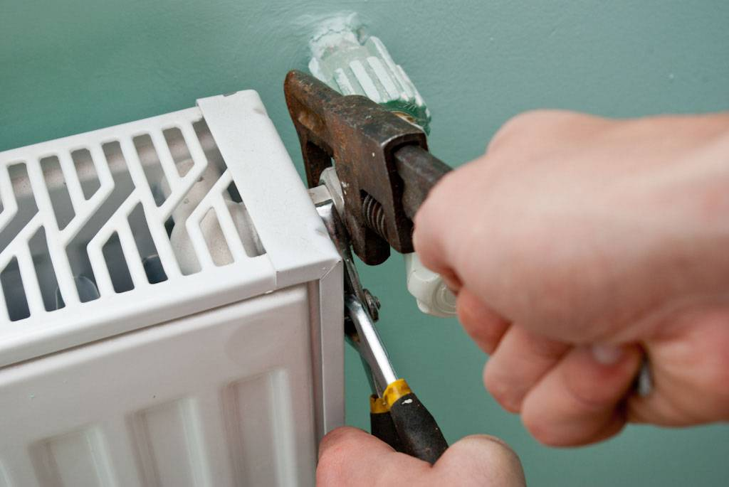 Демонтаж радиатора отопления: как разобрать чугунную и алюминиевую батарею своими руками по секциям, особенности снятия и монтажа новой