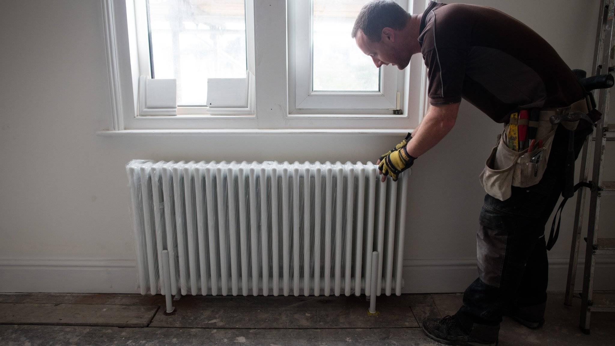 Как выбрать крепления для радиаторов отопления: обзор видов кронштейнов для батарей с настенной и напольной установкой, правила разметки под чугунные, стальные, алюминимевые и биметаллические приборы отопления