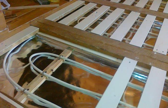 Каким должно быть устройство водяного теплого пола в деревянном доме