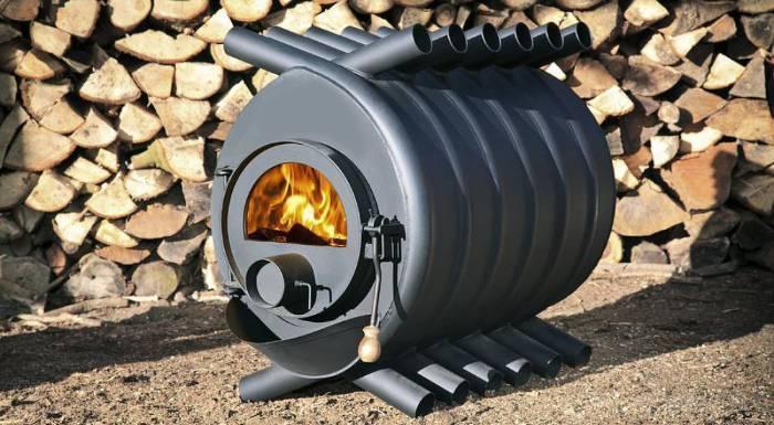 Чугунная печь на дровах как источник тепла для обогрева дачи