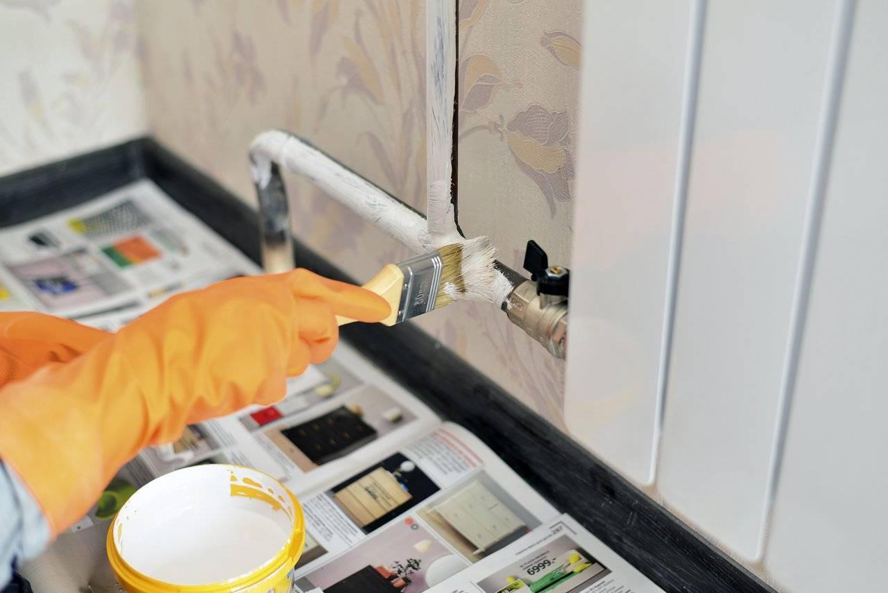 Как покрасить трубы с обратной стороны от стены чтобы не испачкать краской стены