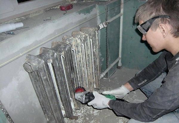 Установка кронштейна для радиатора. почему крепление должно быть надежным. крепеж чугунных батарей
